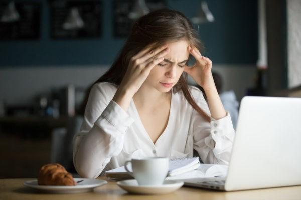 Jak odróżnić migrenę od bólu głowy? bol glowy 600x400