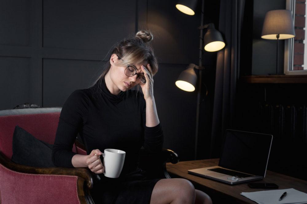 Dlaczego budzę się z migreną? migrena bole glowy 2 1000x667