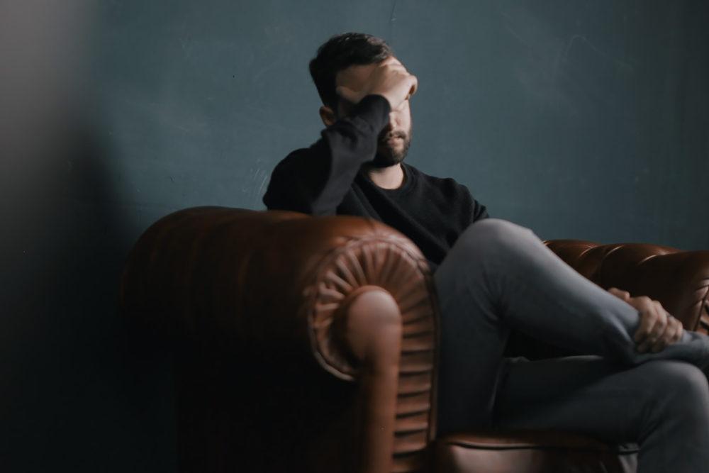 Jak radzić sobie z bólem przewlekłym? migrena przewlekla 1000x667